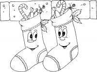 Новый год, носочки со сладостями в подарок на камине Зимние рисунки раскраски