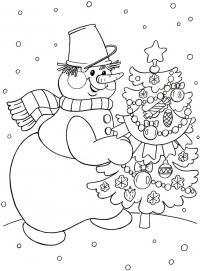 Снеговик с ведром на голове несет новогоднюю елку с игрушками Рисунок раскраска на зимнюю тему