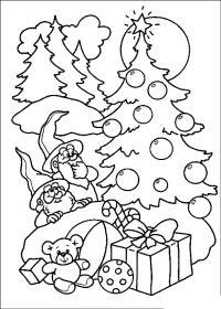 Новый год,эльфы возле наряженной елочки с подарками Детские раскраски зима распечатать